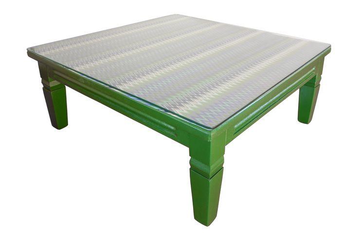 """Mesa em madeira com tampo em vidro, repaginada com pintura em tinta esmalte sintético na cor verde (""""Doce de mamão"""" da Suvinil). Estampa em tecido Solaris impermeabilizado."""