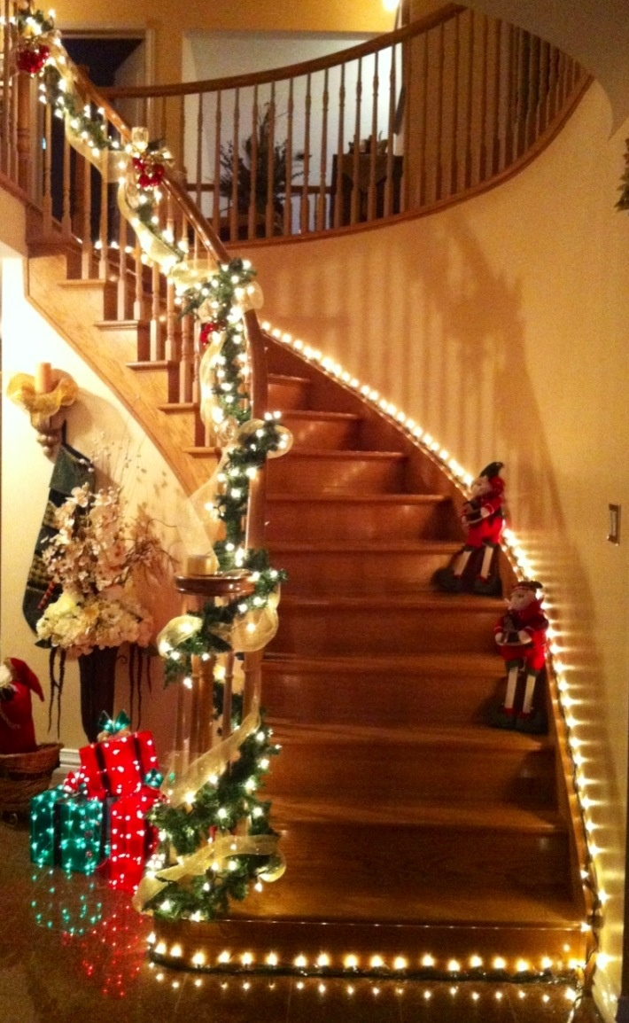 Wonderful Christmas Stairs Decors To Inspire You : Dazzling Christmas Stairs  Decoration with Beautiful Christmas Light Bulb and Christmas Garland also  Cute ...