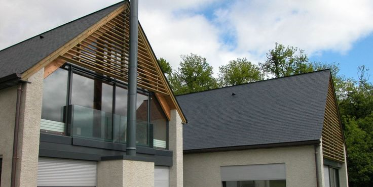 La combinaison d'ardoise naturelle, verre et boise donne une touche élégant et contemporaine a votre logement. Découvrez nos gammes d'ardoise! | #couverture #ardoise #architecture #inspiration #naturelle
