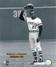 THE GREAT ROBERTO CLEMENTE TIPS CAP TO CROWD AFTER GETTING  HIS 3000th HIT