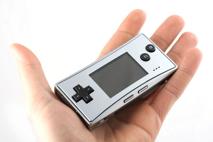 La Gameboy Micro est sortie en 2005, elle représente pour moi un gachis de Nintendo qui nous a affublé  de 3 versions différentes de Gameboy advance : L'advance, puis la SP et celle ci qui n'a pas fonctionné commercialement bien qu'elle était la plus séduisante des Gameboy advance (incroyablement petite, belle écran bien défini et lumineux).Sortie trop tardivement elle a été remplacé par la NDS (tank). + d'info sur wikipedia : http://fr.wikipedia.org/wiki/GameBoy_Micro