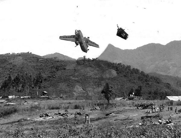 Американский транспортный самолёт сбитый собственной артиллерией. Вьетнам. 1967г.
