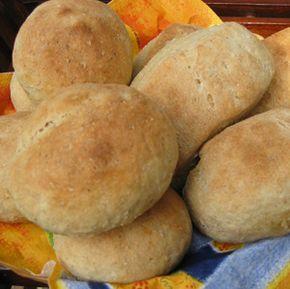 Aamulla leivottavat sämpylät - kuivahiiva tosin tarvitsee 45 asteisen nesteen ja se lisätään jauhojen joukkoon.