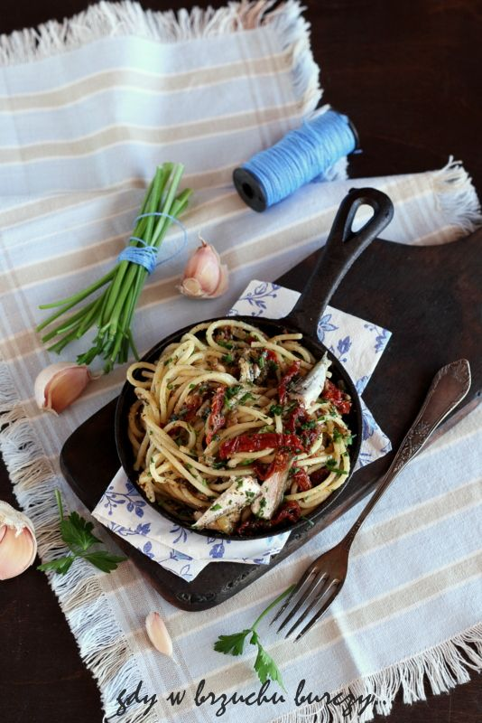 Błyskawiczne spaghetti z suszonymi pomidorami i sardynkami