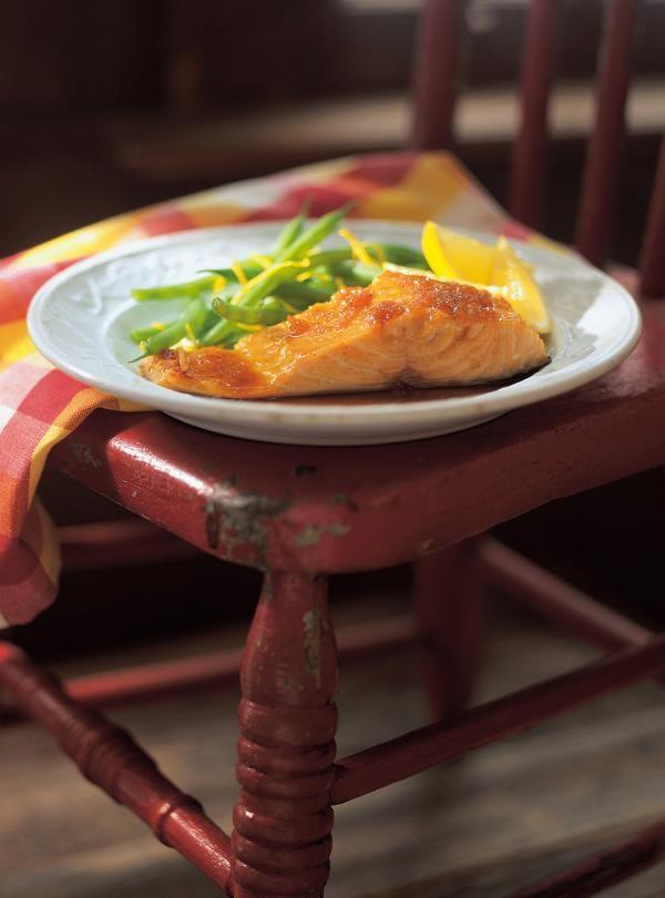 Recette de saumon laqué à l'érable et au gingembre de Ricardo. Recette rapide de poisson, idéale pour lunchs. Ingrédients: saumon, gingembre frais, sirop d'érable, ail, piment de Cayenne...