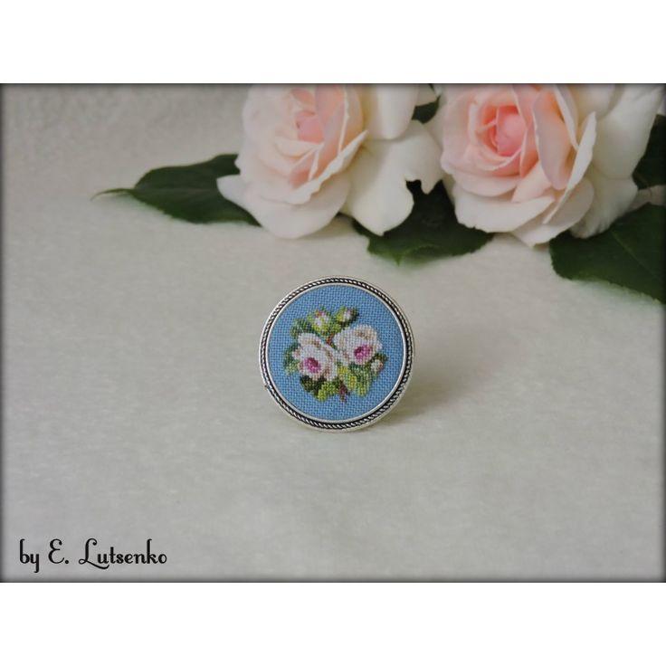 """Брошь с вышивкой """"Бело-розовые розы"""""""