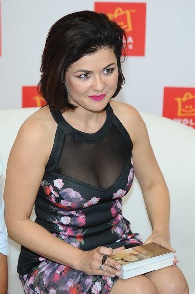 Kasia Cichopek - Kasia Cichopek i jej piersi w prześwitującej sukience na imprezie! - Zdjęcia - Pomponik.pl