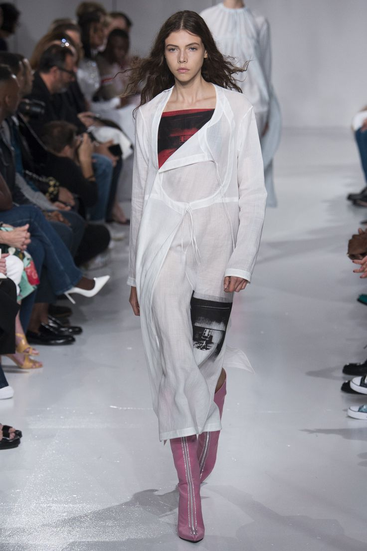 See the complete CALVIN KLEIN Spring 2018 Ready-to-Wear  collection.