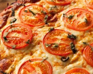Pizza végétalienne au fromage de tofu sur croûte de chou-fleur : http://www.fourchette-et-bikini.fr/recettes/recettes-minceur/pizza-vegetalienne-au-fromage-de-tofu-sur-croute-de-chou-fleur.html