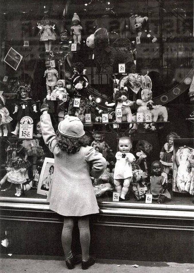 Mannequins derriere la vitrine