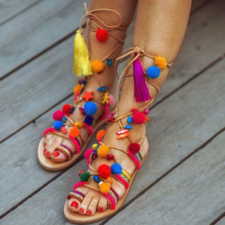 ÚLTIMA MODA EN SANDALIAS DE VERANO  Si nunca has sido muy fan de las #sandaliasdeverano, este año ya no tienes excusa, porque año vienen más variadas que nunca. Las puedes encontrar con o sin tacón, planas, de cuña o de plataforma, plateadas o doradas, blancas, negras o marrones o con unos prints maravillosos, con borlas y pompones o con diseños más clásicos y elegantes.  #moda #calzado #mujer #sandalias