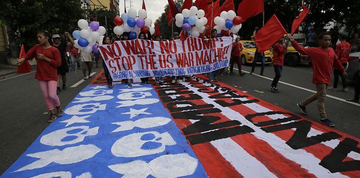Auf den Philippinen, wo der US-Präsident Donald Trump zum ASEAN Gipfel erschien, fand die Protestaktion statt. Hunderte Menschen nahmen daran teil. DieTeilnehmer traten gegen «den amerikanischen Imperialismus» auf. Die Polizei setzte die Wasserwerfer gegen Protestierende ein, die versuchten, zur US-Botschaft in Manila vorzudringen. . . . . Ähnliche Beiträge Neue Artikel: No related posts.