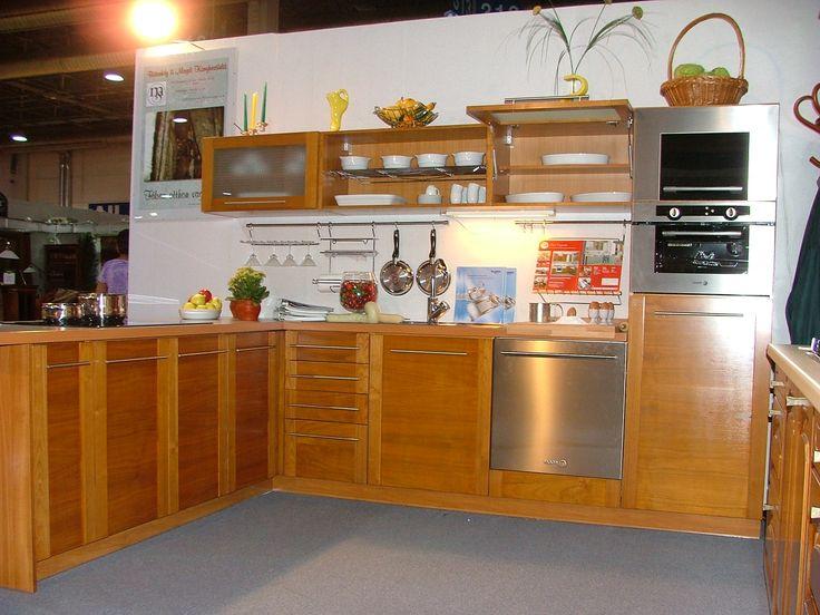 Választható faanyagú és pácszínű konyhabútor az éleken lefutó oldalkeretes megoldással. A hatás tovább fokozható a szálirány variálásával. Választható faanyagok: bükk, #magdibutor