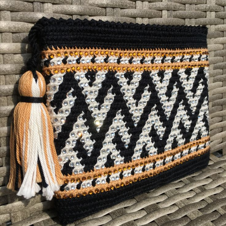 Clutch Wayuu con cristales de Swaroski. Elaborado por AlmaDesigns@