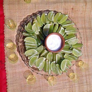 Deja todo preparado con anticipación para que el tequila pase rápido y delicioso. | 19 Consejos para llevar una fiesta mexicana al siguiente nivel