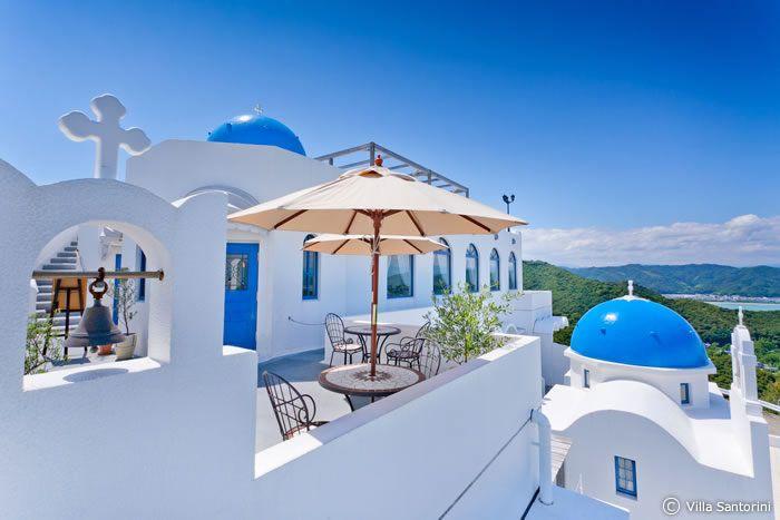 誰もが憧れるギリシャ、サントリーニ島。とっても綺麗な景色ですよね♪でも遠いし、そんな休み取れないし、行けないかなあ。。。そう思っているあなた!なんと日本に、サントリーニ島の、あの青と白の美しい街並みを再現したホテルがあるというではないですか!!      早速見てみることにしましょう♪(※上記の画像は、本物のサントリーニ島です)      【関連記事】高知観光に関する記事一覧はこちら...
