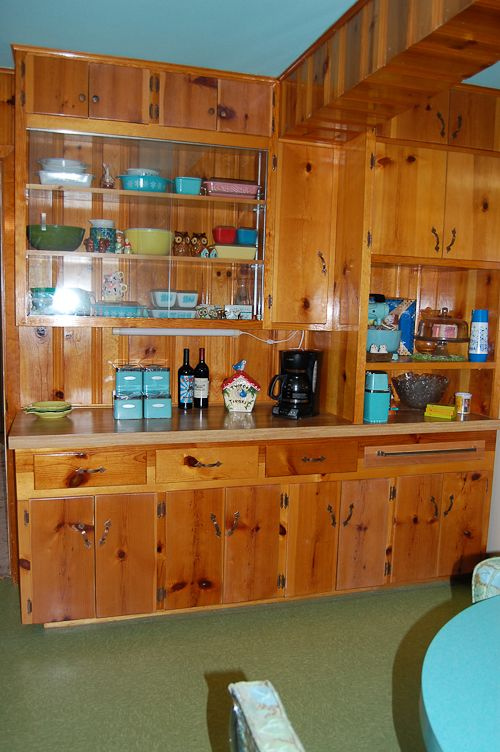 Love the glass display in this retro kitchen. Vintage kitchen wares should not have to hide behind solid cabinet doors!
