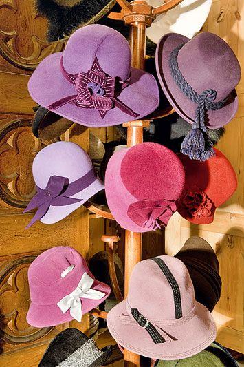 Tre stanze colme di cappelli di ogni tipi da Zacher, cappellaio dal 1560 a San Candido, in Val Pusteria