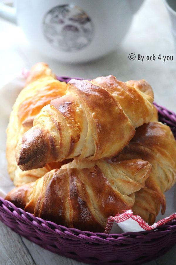 Aujourd'hui je fais remonter une ancienne recette du blog publiée en novembre 2012. J'ai refait ces croissants trop faciles le week-end dernier, cela faisait une éternité que je n'avais pas fait de viennoiseries (hormis des brioches). La recette fonctionne...