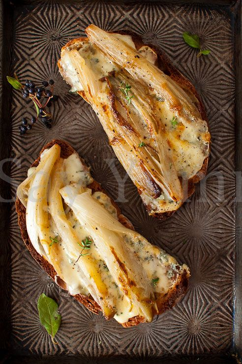 Crostini belga e gorgonzola - Bread with indivia and gorgonzola