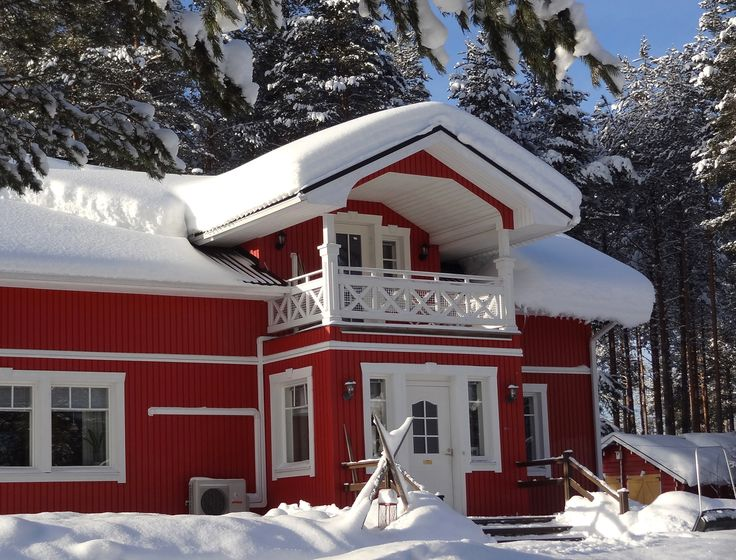 Edificio principal de la granja de renos de Puolukkamaan Pirtit en Pello, Laponia.