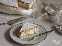 La ricotta e pere è un dolce molto buono e particolare,composta da due strati di biscotti alle nocciole farcite con una cremosa crema alla ricotta,ricca di pere caramellate.