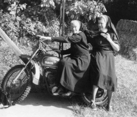 Strambotic » Cuando las monjas se sueltan la coleta: hermanas moteras, fumadoras y amantes de las armas