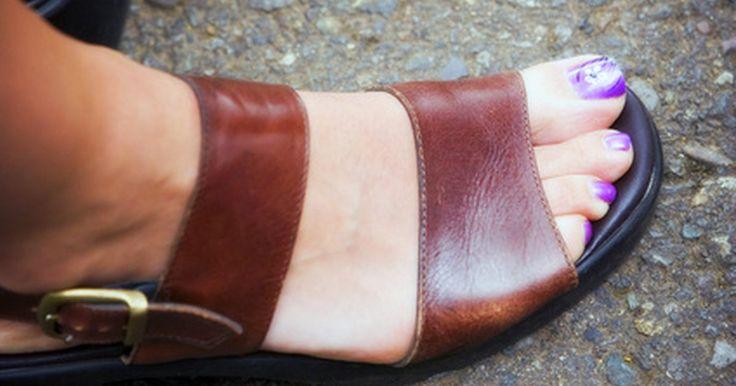 Como acordar um pé dormente. Existem poucas coisas mais irritantes do que perceber que o seu pé está dormente. Levantar-se de uma posição quando seu pé está assim pode ser um grande problema. Para prevenir danos, acorde o seu pé primeiro. Aqui está como você pode acordar um pé dormente em qualquer posição.