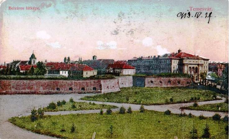 Timişoara 1899 din perioada Austro-Ungară, surprinzând atât părţi ale fortificaţiilor cât şi Teatrul Comunal în partea dreaptă sau Biserica Călugărilor Mizericordieni în fundal.