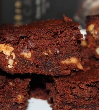 Bedstemors brownies uden gluten er en opskrift der er gået i arv fra mor til datter. Oprindelig var opskriften med almindeligt hvidt mel - men nu med rismel.