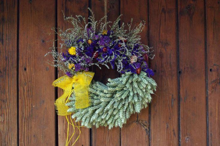 Věnec z obilí III. - Přinášíme další z řady našich nových věnců z obilí. Jednotlivé klasy postupně připevňujeme na korpus pomocí drátku. Stejně připevňujeme i svazečky sušených květin. Na závěr ozdobíme věnec žlutou mašlí. ( DIY, Hobby, Crafts, Homemade, Handmade, Creative, Ideas)