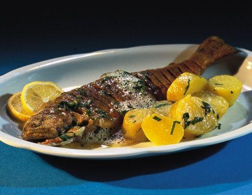 Geputzte und gewaschene Forellen salzen, mit etwas Zitronensaft beträufeln und in griffigem Mehl wenden. Öl nicht zu stark erhitzen und Forellen