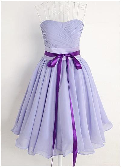 Brautjungfernkleid aus Chiffon in Lavendel. Korsagenoberteil mit herzförmigem Ausschnitt. Ein Satinband mit Schleife betont die Taille. A-Linien Tellerrock.