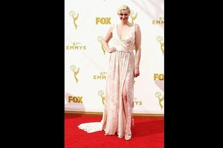Gwendoline Christie preferiu look etéreo com vestido estampado, decote revelador e fenda