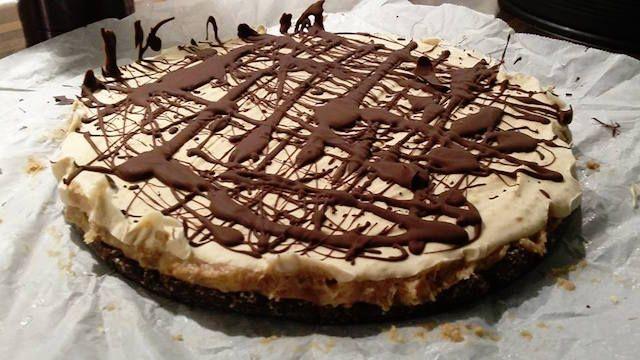 Dit is een erg lekkere glutenvrije en suikervrije Snickerstaart. Een recept voor een gezonde taart die werkelijk fantastisch smaakt!