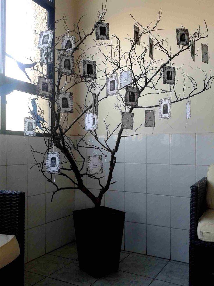 Árbol con fotos colgantes enmarcadas.