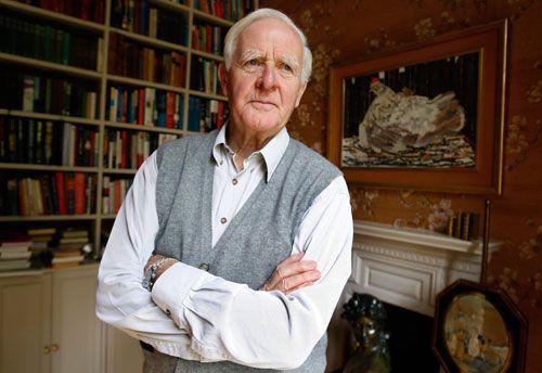 John Le Carré, es un novelista británico especializado en relatos de suspenso y espionaje, ambientados, en la época de la Guerra Fría.