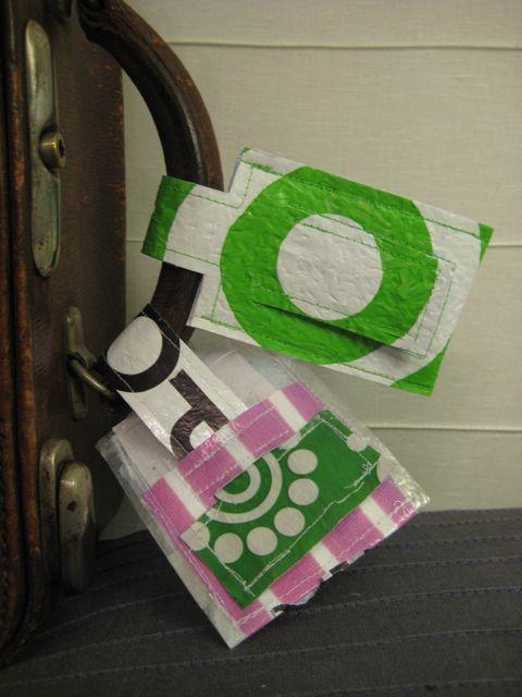 5. luokkalaisten matkalaukkukortteja muovipussisulatus-tekniikalla Kierrätimme matkalaukkukortteihin vanhoja muovipusseja. Oppilaat suu...