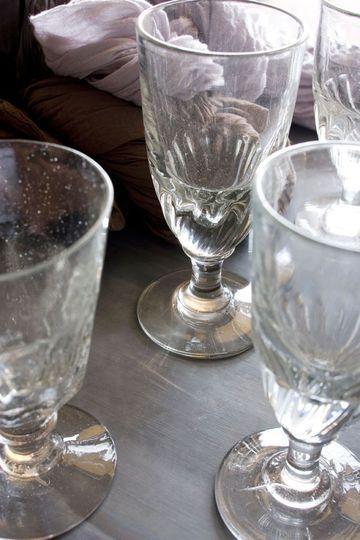 Antique glasses aux Puces du canal Florence Bouvier photo Patrice Gavand via CôtéMaison.fr