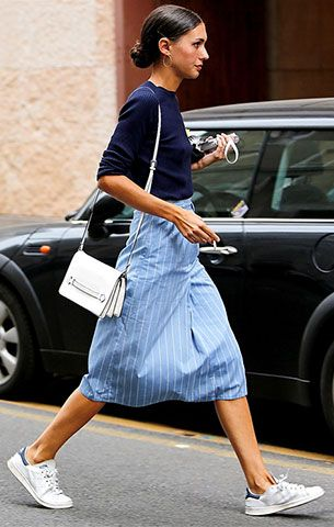 รองเท้าอาดิดาส Stan Smith, เสื้อสีน้ำเงิน, กระโปรงสีฟ้าลายตั้ง