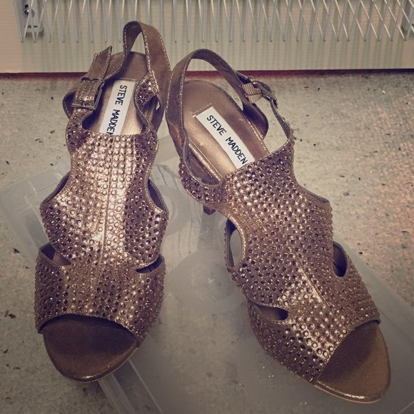 """Steve Madden Rose Gold Sandal Heels Steve Madden """"Gloww"""" sandals. 4"""" heel. Great for parties or special occasions. Lasted me most of the night! There is a little wear on the bottom of the shoes. Steve Madden Shoes Heels"""