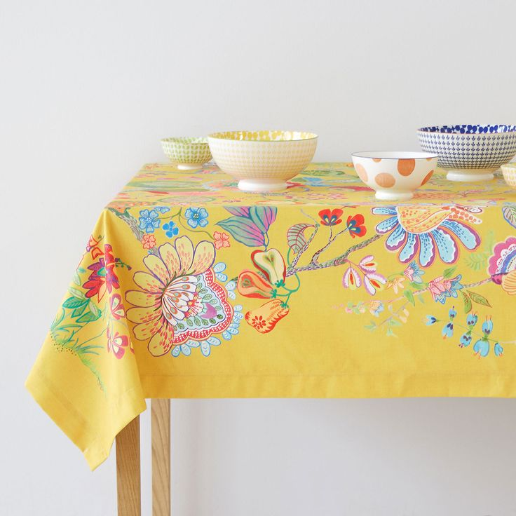 Multicoloured digital-print napkins and tablecloth