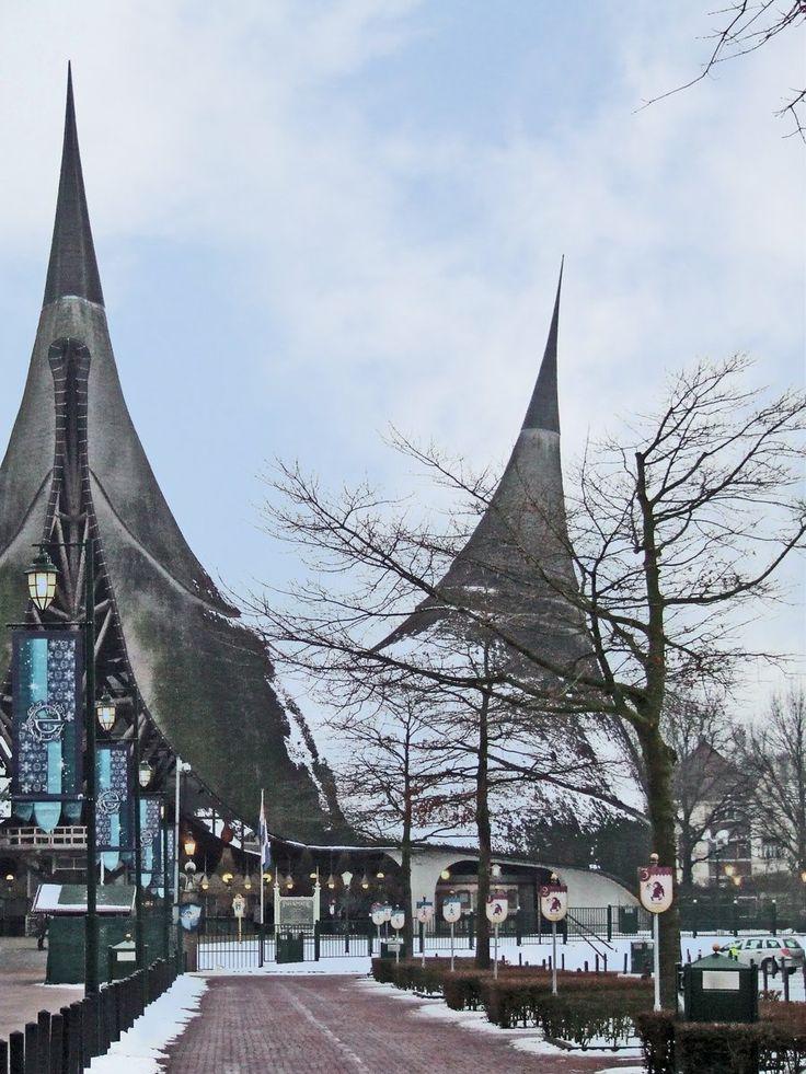 Efteling De Efteling werd op 31 mei 1952 officieel geopend. Met name Pieck zorgde voor de feeërieke sfeer die de Efteling kenmerkt. Deze wordt tot op de dag van vandaag gekoesterd en bewaakt. In de decennia die volgden, groeide 'de Efteling' uit tot 'de Wereld van de Efteling'. De sprookjesachtige wereld van de Efteling is niet alleen terug te vinden in het attractiepark maar komt ook tot uiting in de bijeenkomsten en evenementen voor de zakelijke markt.  www.efteling.com