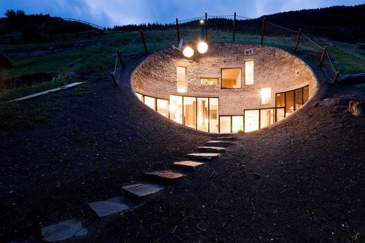 Casa com uma arquitectura impressionante foi construída dentro de uma montanha, e o resultado é absolutamente fabuloso e claramente original. Além de misturar um visual moderno e datado na cave, ele tem uma entrada bastante diferente de qualquer outra casa!