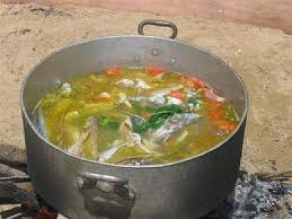 Κακαβιά, ψαρόσουπα με διάφορα ψάρια, καβούρια, ντομάτα και καρότα