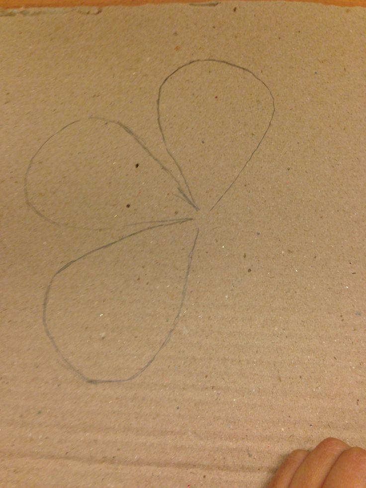 2. Så har jeg legge den på papp og tegne på papp.