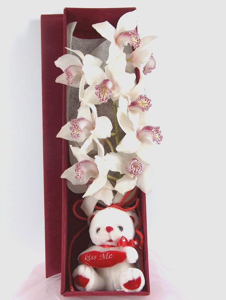 Μεγάλη ορχιδέα Cymbidium σε συσκευασία δώρου . flowers  in the box www.flowers4u.gr  αποστολές ανθέων  τηλ 2109426971