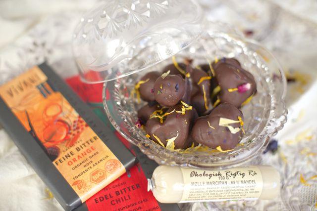 Hjemmelaget påskegodt økologisk sjokolade marsipan