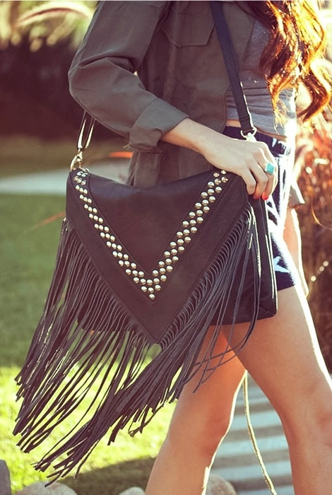 A bolsa de franja ganha destaque em looks conceituando o estilo boho chic, além de deixar a composição jovial e descontraída sem perder a elegância.