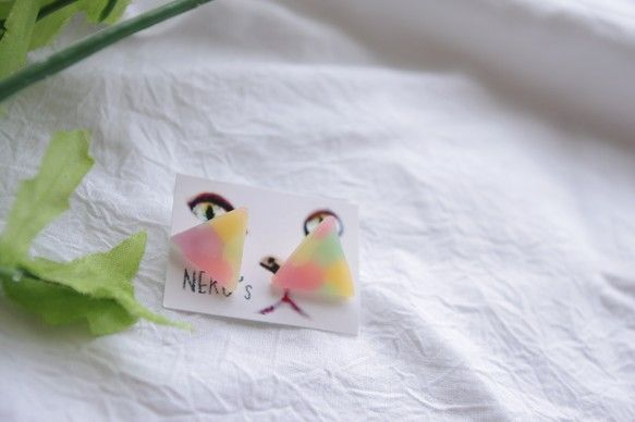 *** NEKO's by yukari ***蛍光塗料入りで暗闇で光る!!カラフルな配色が可愛いドロップのようなワンポイントピアス。モチーフもポス...|ハンドメイド、手作り、手仕事品の通販・販売・購入ならCreema。